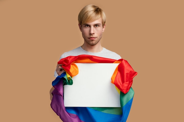 Homem gay com símbolo lgbt