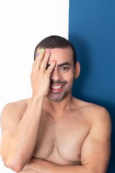 Homem gay com unhas coloridas de arco-íris homem gay bonito sorrindo