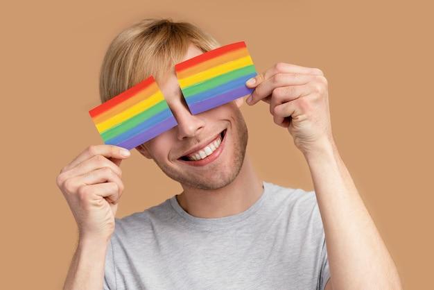 Homem gay sorridente com símbolo lgbt