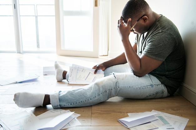 Homem gerenciando a dívida