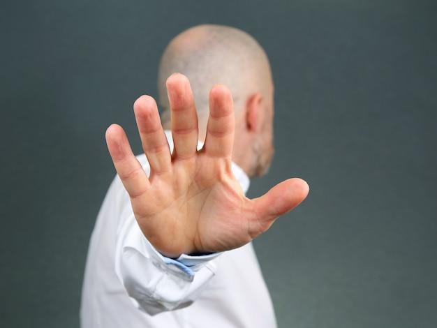 Homem gesto negativo com a mão e se afastou