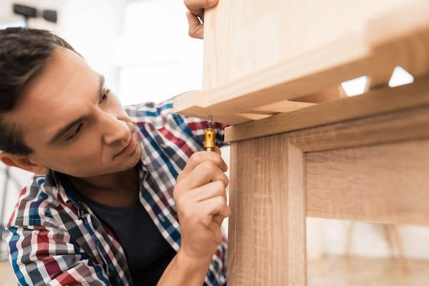 Homem, gira, parafuso, em, madeira, gabinete