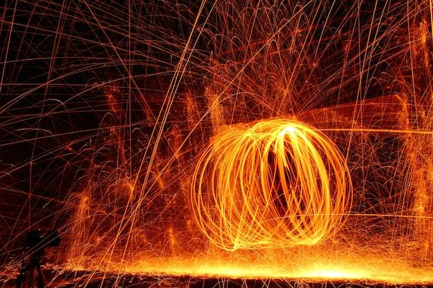 Homem girando fogo - fogo girando