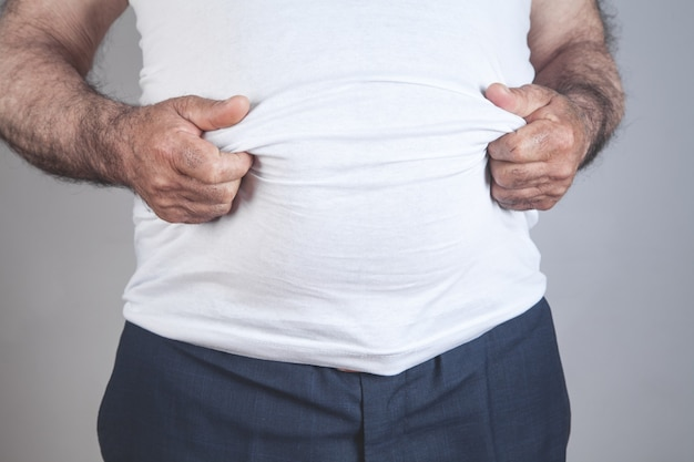 Homem gordo caucasiano com barriga grande.