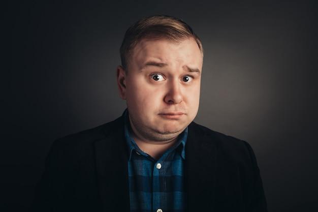 Homem gordo caucasiano