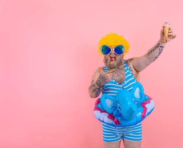Homem gordo com barba e peruca comendo sorvete