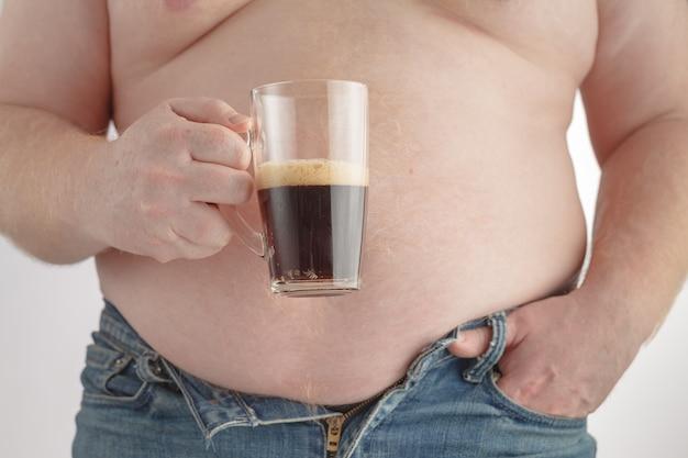 Homem gordo com barriga gordurosa e segurando grama de cola que não é boa para a saúde