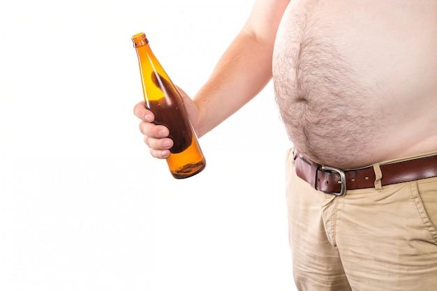 Homem gordo com barriga grande, segurando a garrafa de cerveja isolada