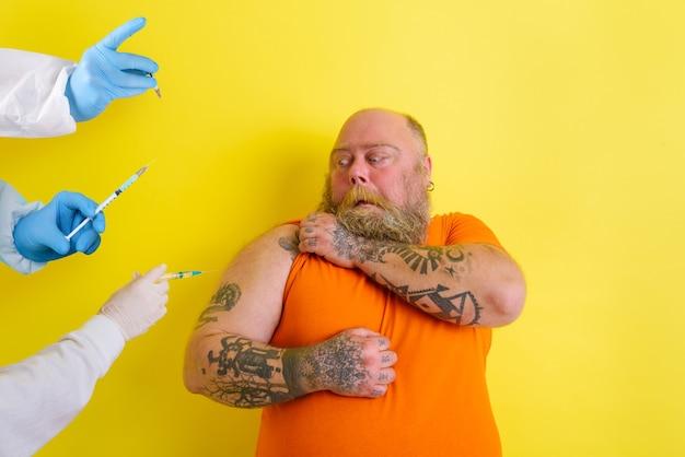 Homem gordo com medo tem dúvidas sobre a vacina covid