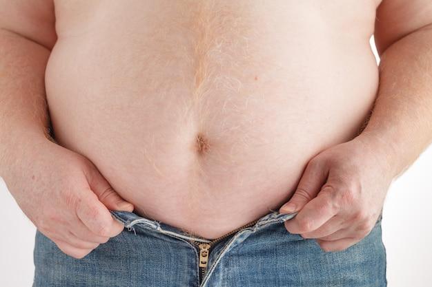 Homem gordo com uma barriga grande. dieta