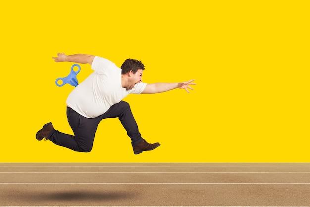 Homem gordo corre muito rápido sem se cansar com energia extra