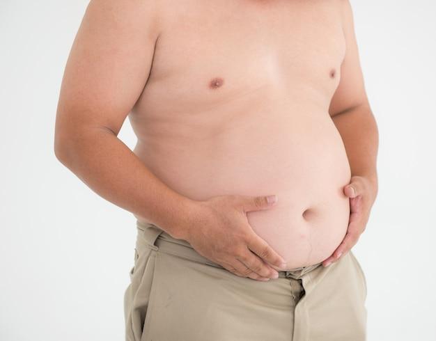 Homem gordo da barriga no conceito branco da saúde do excesso de peso