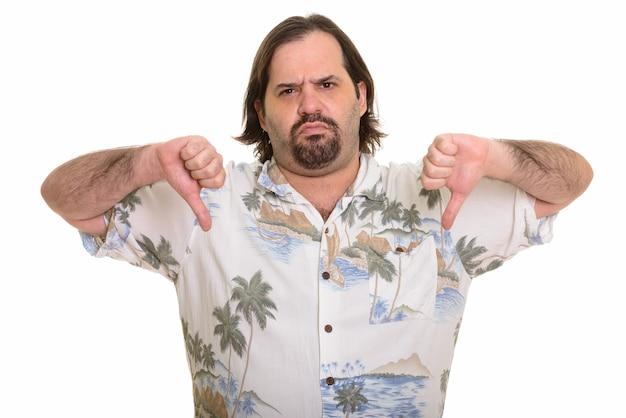 Homem gordo e caucasiano dando polegares para baixo isolado no branco
