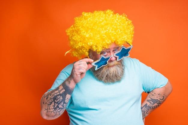 Homem gordo e duvidoso com tatuagens de barba e óculos de sol tem dúvidas sobre algo
