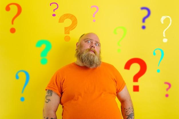 Homem gordo e duvidoso tem dúvidas sobre a vacina covid-19