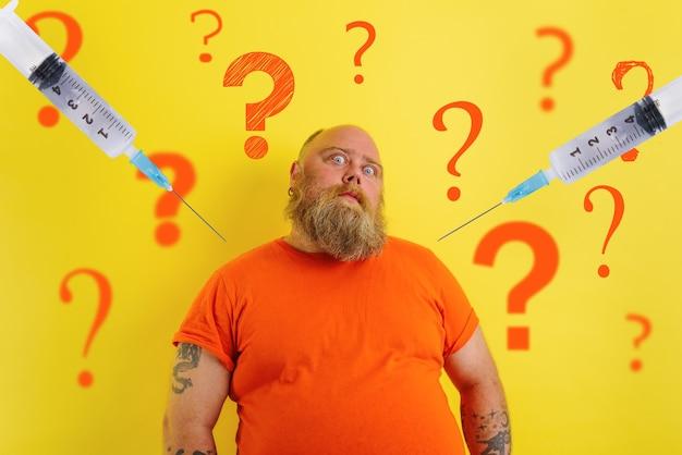 Homem gordo e duvidoso tem dúvidas sobre a vacina covid