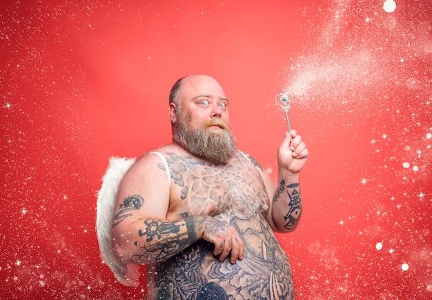 Homem gordo e pensativo com tatuagens de barba e asas age como uma fada mágica
