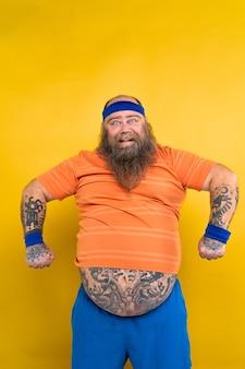 Homem gordo engraçado fazendo exercícios esportivos