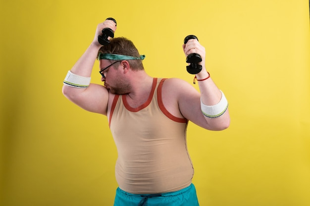 Homem gordo engraçado vai praticar esportes fazendo exercícios de bíceps com halteres filmagens de alta qualidade