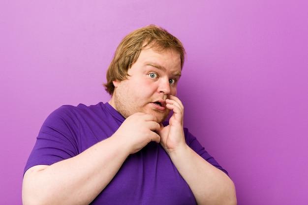 Homem gordo jovem ruiva autêntica com medo e medo.
