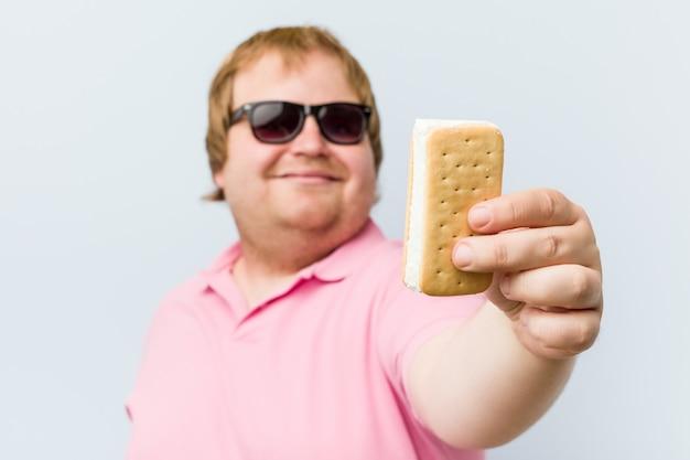 Homem gordo loiro louco caucasiano segurando um sorvete