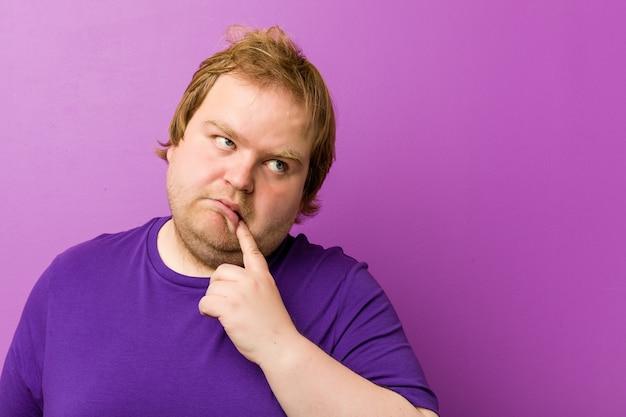 Homem gordo loiro louco caucasiano sonhando