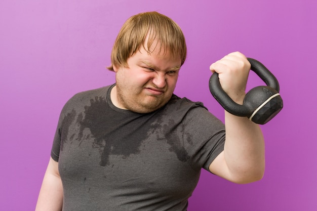 Homem gordo loiro louco caucasiano suando