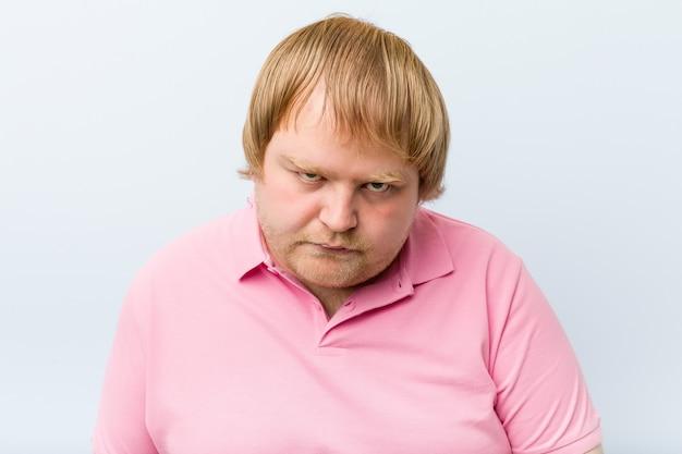Homem gordo loiro louco caucasiano