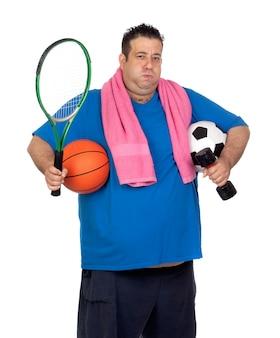 Homem gordo ocupado com muitos esportes isolado no fundo branco