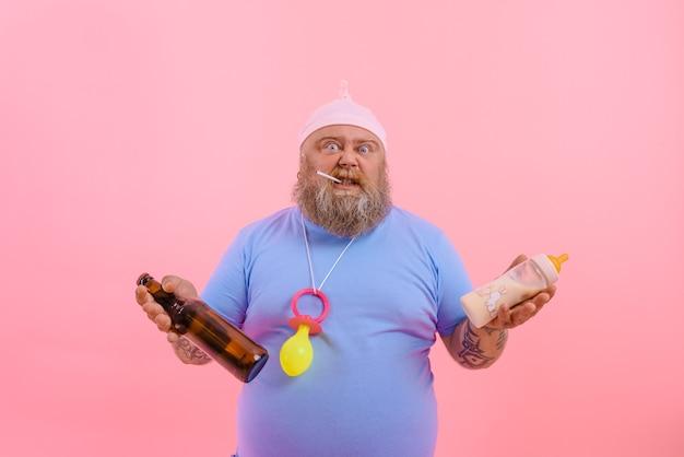 Homem gordo que duvida age como um bebê que duvida, mas bebe cerveja