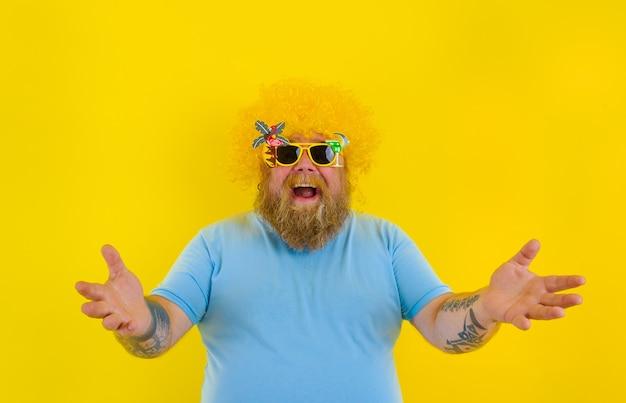 Homem gordo surpreso com peruca na cabeça e óculos escuros