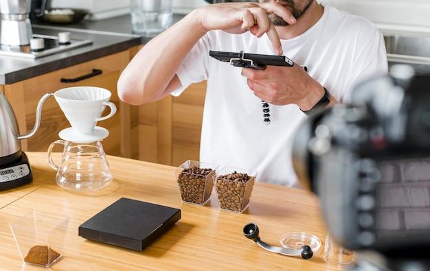 Homem gravando grãos de café