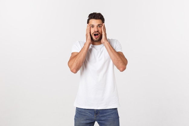 Homem gritando a boca aberta, segure a mão cabeça, vista camisa branca casual, emoção de rosto do conceito