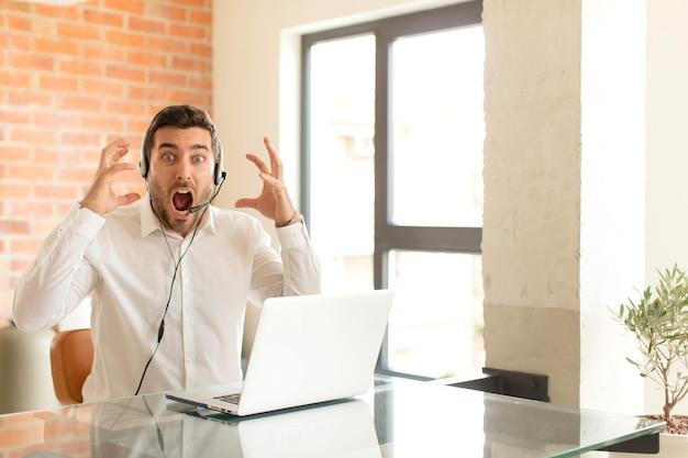 Homem gritando com as mãos para o alto, homem se sentindo furioso, frustrado, estressado e chateado