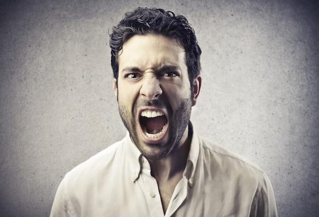 Homem gritando com raiva