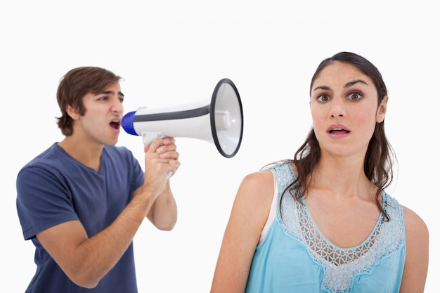 Homem, gritando, dela, namorada, através, um, megafone