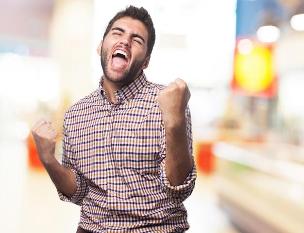 Homem gritando e comemorando