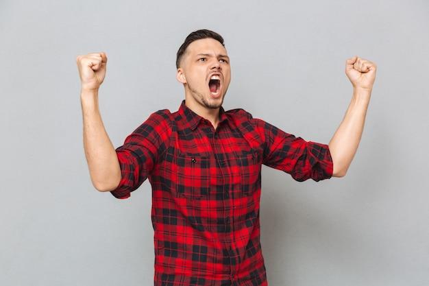 Homem gritando, mostrando gestos felizes