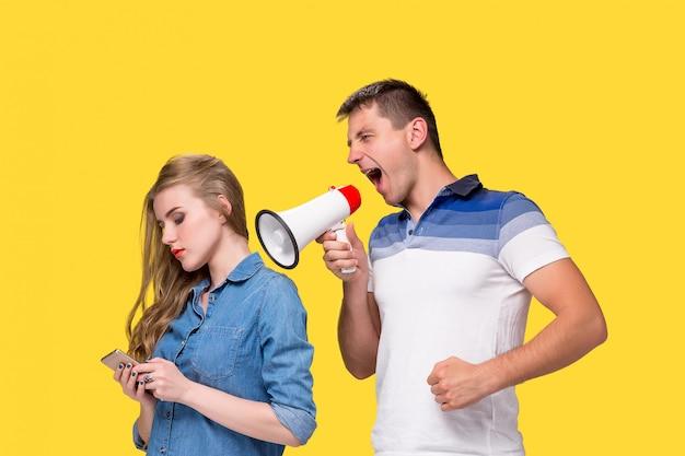 Homem gritando nos megafones um para o outro