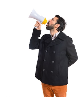 Homem gritando por megafone
