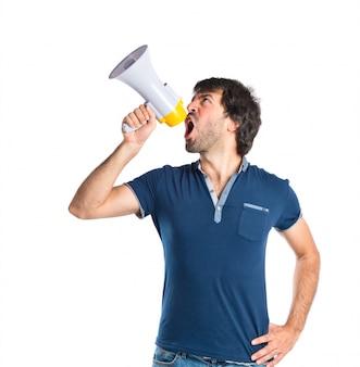 Homem gritando sobre fundo branco isolado