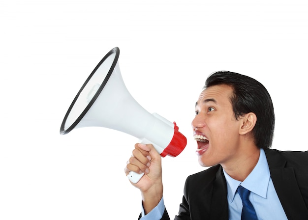 Homem gritando usando o megafone