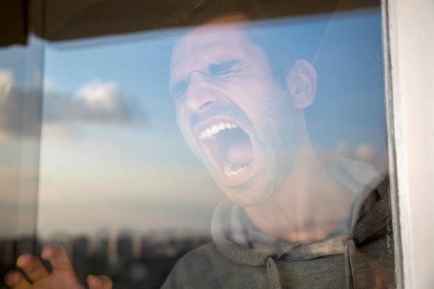 Homem, gritando