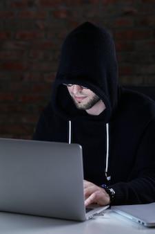 Homem hacker no laptop
