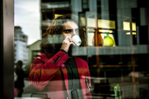 Homem hipster em um bar