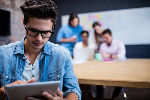 Homem hipster usando um computador tablet