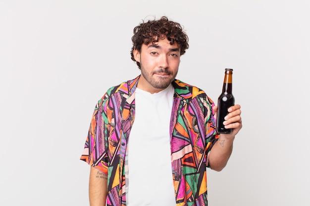 Homem hispânico com cerveja parecendo perplexo e confuso, mordendo o lábio com um gesto nervoso, sem saber a resposta para o problema