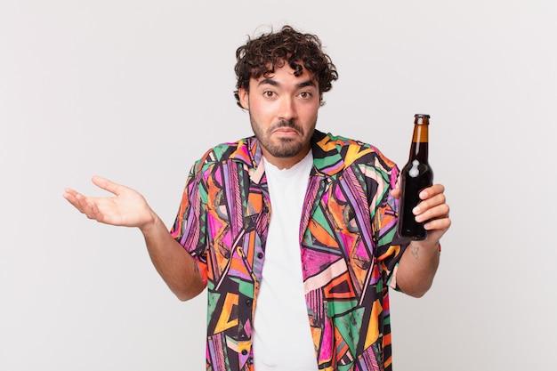 Homem hispânico com cerveja se sentindo perplexo e confuso, duvidando, ponderando ou escolhendo opções diferentes com expressão engraçada