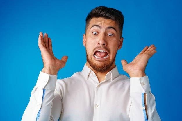 Homem hispânico furioso com raiva em retrato de raiva close-up