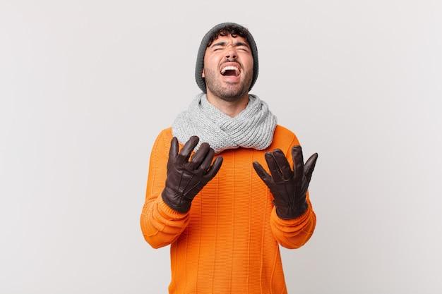 Homem hispânico parecendo desesperado e frustrado, estressado, infeliz e irritado, gritando e gritando